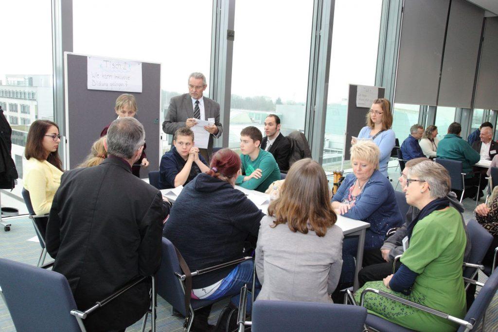 Thementische unter reger Beteiligung von SelbstvertreterInnen und ExpertInnen.