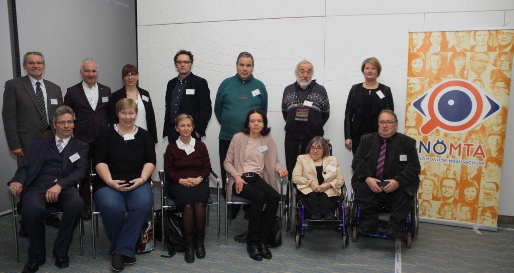 Gruppenfoto Mitglieder und Ersatzmitglieder des NÖ Monitoringausschusses
