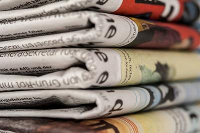 Foto eines Stapels mit Zeitungen