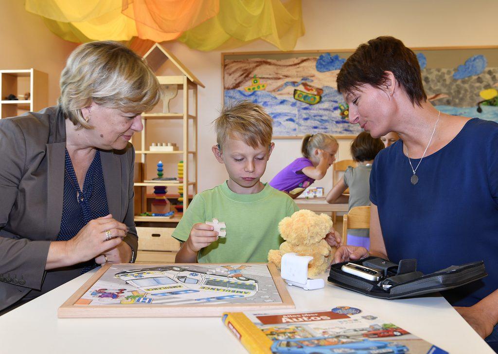 LR Mag.a Barbara Schwarz in einem Kindergarten
