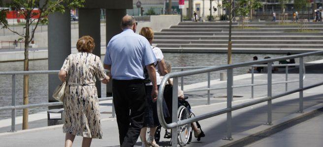 Ältere Frau und Rollstuhl