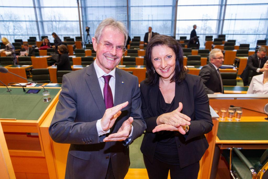 Präs. Mag. Karl Wilfing und Dolmetscherin Sabine Zeller: Der Präsident erlernt die ersten Worte in der Österreichischen Gebärdensprache.